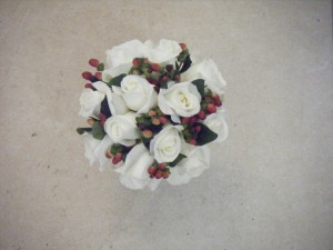 white_roses_and_hypericum_berries