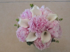 pink_peony_roses_with_white_calla_lilyseuco_and_dimontes